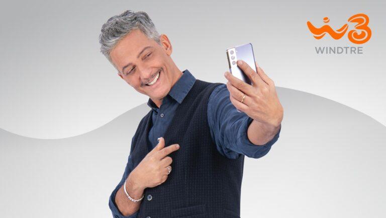 WindTre, nuovo spot con Fiorello con le nuove offerte del brando con telefono incluso